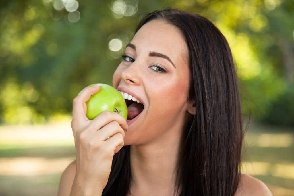 eating apples Preventing cataracts